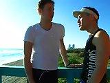 Baise gay sur la plage avec un sauveteur