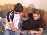 Deux jeunes gay se laissent filmer