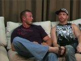 Couple gay musclé se lâche sur le canapé