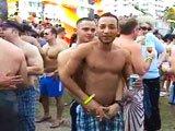 Gay se branle devant tout le monde a la gay…