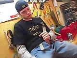 Skateur gay éjacule sur ses vêtements