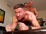 Trois vieux gays baisent sans capote
