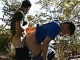Passif gay enculé derrière un buisson