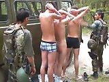 Militaires prennent un prisonnier en tournante