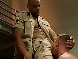 Militaire attrapé de force par un gradé