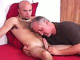 Vieux gay fait éjaculer un jeune poilu
