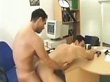 Un jeune patron gay baise son employe pour…