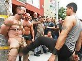 Baisé en pleine rue dans la gay pride