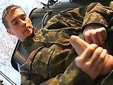 Jeune soldat donne sa bite à sucer