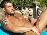 Beau keum gay se branle pres de la piscine