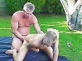 Vieux gay se défoule dans son jardin