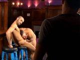 2 gays s'exhibent devant un 3eme dans un bar