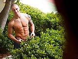 Il invite le jardinier à l'enculer