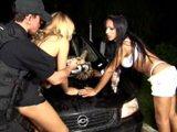 Transsexuelles baisées par un policier qui…