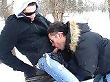 Ils se sucent sous la neige avant de baiser…