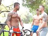 Trio gay avec un cycliste musclé