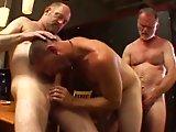 2 vieux gay baisent avec un plus jeune