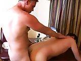 Vieux gay jouit dans le cul d'un plus jeune