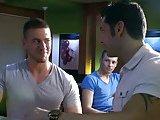 Jeunes branleurs baisent dans un bar gay