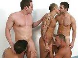 Gays musclés partouzent sous la douche