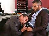 Patron pompé sous le bureau