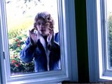 Il frappe à la fenêtre pour baiser son pote