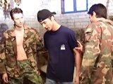 2 militaires se défoulent avec un gay