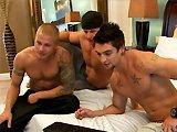 Baise en trio avec trois gays musclés