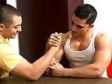 Le coup du bras de fer pour baiser un mec