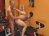 Bodybuilder gay enfile son pote dans la salle…