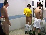 Teen sportifs s'amusent dans les toilettes