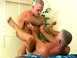 Un vieux gay qui donne de bons coups de bite