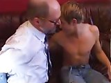 Vieux gay remplit de sperme un cul de minet