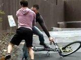 Voleur de vélo se fait baiser de force