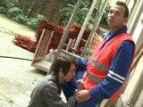 Ouvrier se laisse sucer par un gay dans la rue