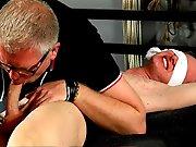 Papy dominateur s'amuse à torturer un…