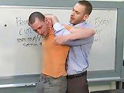 Etudiant baisé de force par son prof parce…