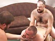 Gros gays poilus font tourner un des leurs en…