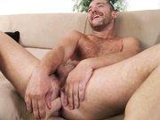Gay souriant jouit avec un gode dans le cul