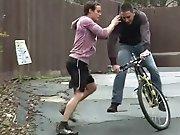 Il attrape le voleur de vélo et l'encule…