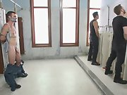 Hétéro attaché aux WC se fait humilier