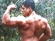 Gay bodybuildé branle sa petite bite juteuse