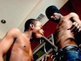 Voyou Black gay dominant encule son voisin