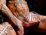 Enorme sexe gay et tatouages integraux sur le…