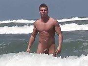Jeune naturiste trouvé à la plage exhibe sa…