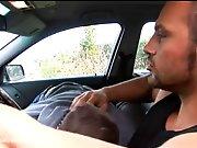 Beau mec se fait sucer en voiture avant…