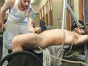 Hétéro poilu branlé de force attaché sur…