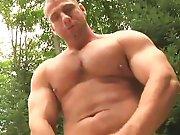 Gay bodybuildé sort sa petite bite