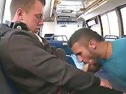 Suceur fait jouir un étudiant dans un bus !