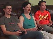 3 gamers arrêtent leur partie de jeux pour…